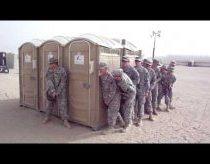 Kareiviai mobiliajame tualete - kiek jų ten telpa?