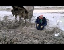 Man pulled out from deep mud (only in Russia)