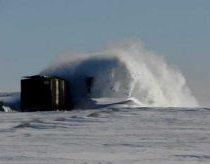 Traukinys su didžiuliu sniego peiliu skrodžia pusnis