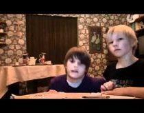 Du berniukai (Michale ir Sven) atlieka triuką su staltiese... žiūrėkite iki galo