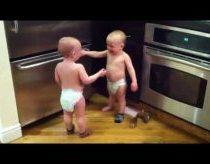 Dvynukai tikrai turi apie ka pasikalbėt
