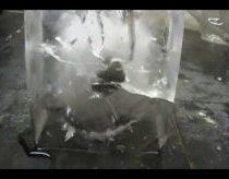 Raudonas įkaitintas nikelio kamuolys padėtas ant ledo luito pralydo jį