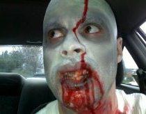 Zombis važinėja po greito maisto restoranus ir gąsdina pardavejas