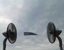 Du ventiliatoriai ir popierinis lėktuvėlis
