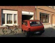 Protingas senukas parkuojasi mažame garaže