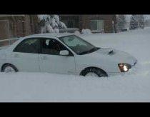 Subaru impreza WRX važiuoja nekreipiant dėmesio į sniegą
