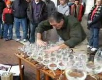Stiklo arfa - gatvės muzikantas taurėmis su vandeniu atlieka Mocerto kūrinius
