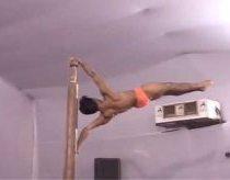 Beprotiška Indo stulpo akrobatika