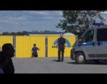 Lenkas prikolina su policininkais - geria alų viešoje vietoje