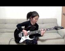 8 metų mergaitė gerai įvaldžiusi elektrinę gitarą