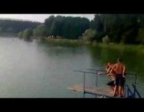 Lieknos merginos katapultavimas į vandenį nuo baliono