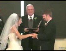 Vyras per vestuvių ceremoniją supainioja žodžius - daug juoko jaunajai ir svečiams