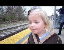 Mergaitei labai labai patinka traukiniai ir tai jai suteikia daug džiaugsmo