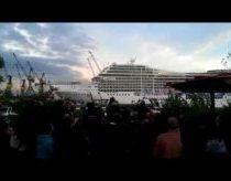 Kruizinis laivas sugroja Seven Nation Army