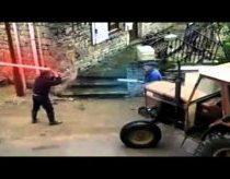 Senukų lazeriniais kardais kova (Star wars iškirpti kadrai)