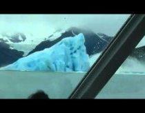 Didžiulis ledkalnis apsiverčia, vaizdas pritrenkiantis