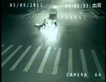 Nepaaiškinamas reiškinys žmogu išgelbstima nuo nelaimės - teleportacija nufilmuota vaizdo kamera