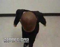 Juodaodis berniukas moka šokti