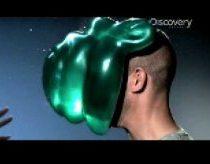 Nufilmuota sulėtintai - balionas sprogsta atsitrenkęs į žmogų