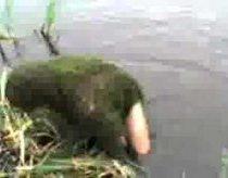 Nėrimas į vandenį pabaigė išnėrimu su kamufliažu(žolėm)