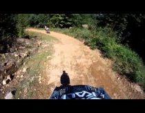Penkiametis kalnų dviračiu važiuoja ekstremalais miško keliukais