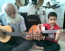 Indai, tėvas ir jo 6 metų sūnus groja gitaromis