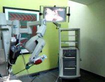 Operacijoms naudojamas robotas parodydamas savo galimybes, nulupa žievelę nuo vynuogės