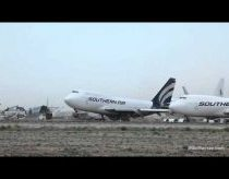Stovintis lėktuvas boeing 747 net pakyla nuo žemės pučiant stipriam vėjui