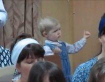 Maža margaitė dramatiškai diriguoja horui