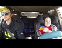 Tėtis pavežioja savo vaiką drifto mašina