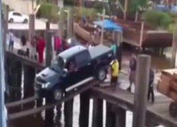 Kas nutinka kai lentomis į laivą bando įvežti automobilį
