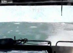 Prie Grenlandijos krantų atskilęs didžiulis ledkalnis sukėlė milžinišką bangą