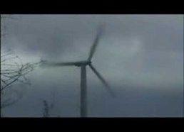 Vėjo malūnas neatlaiko audros - vėjo jėgainė