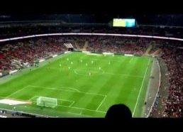 Per futbolo varžybas (Anglija:Peru) popierinis lėktuvėlis nuskrenda iki pat žaidėjo