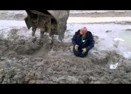 Žmogus ištrauktas iš gilaus purvyno su eksavatoriumi (tik Rusijoje)