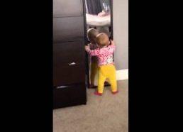 Vaikelis prisižiadė su veidrodžiu