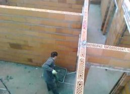 Betono meistrai - užkelia betoną kastuvu - lygis 9000