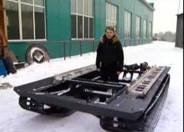 Lengvoji mašina (arba džipas) su tanko vikšrais