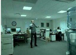 Ofiso vyrukas pramogauja