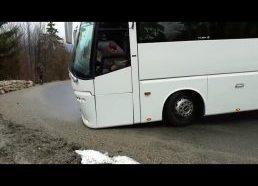 Autobuso vairuotojas bandydamas išsaugoti buferį... padaro klaidą