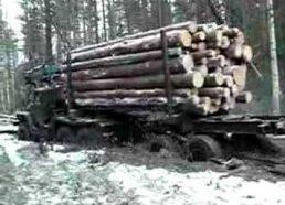 Rusų sunkvežimis kuris laisvai tempia medieną bekele