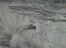 Beprotiškas kopimas į kalną su mašina