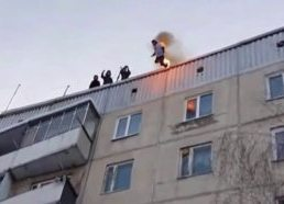 Young man jumps from building roof to snow - only in russsia