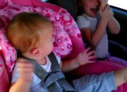Maža mergaitė atsibunda iš miego kai išgirsta savo mėgstamą dainą (|gangnam style)