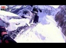 Sniego motociklas vos nenukrenta nuo skardžio