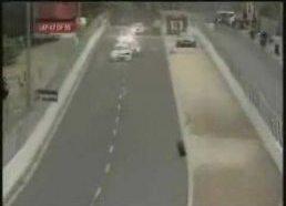 Lenktytninės mašinos padanga nukrenta ir sustoja ten kur reikia