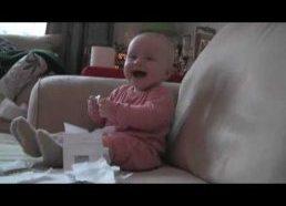 Vaikas juokiasi