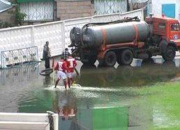 Futbolas vandenyje - Kazachstanas - futbolininkai bando žaisti kanalizacijos vandenyje