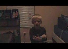 Vaiką besiklausantį Britney Spears muzikos išgąsdina mama