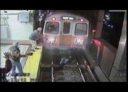 Moteris ant metro bėgių - pribloškiantis video